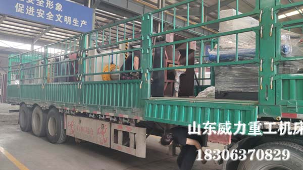 315吨漏粪板成型液压机发货现场图